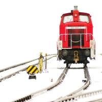 rote Lokomotive im Schnee