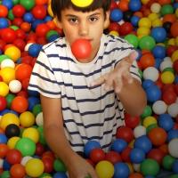 Junge beim Jonglieren