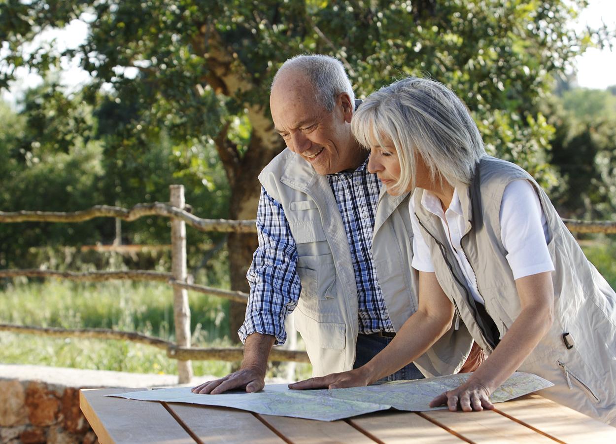 landkarte-orientierung-paar-senioren