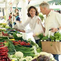 Ehepaar am Marktstandmarktstand