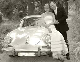Hochzeitspaar mit Porsche in Sepia Faerbung