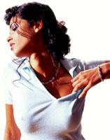 dunkelhaarige Brasilianerin im weißen Polo-Shirt mit Halskette
