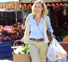 Frau beim Einkaufen auf dem Wochenmarkt