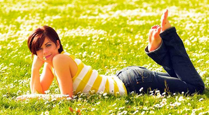 Fotoshooting in Karlsruhe. Junge Frau im Gras
