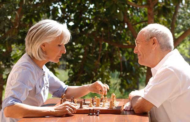 werbefotografie fuer pharmazeutische unternehmen. best-ager beim schach spielen im freien