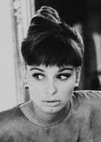 Portraitfoto in schwarzweiß, einer jungen Dame, die Ähnlichkeit mit Audrey Hepburn hat