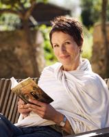 Frauenportrait im Freien mit Buch